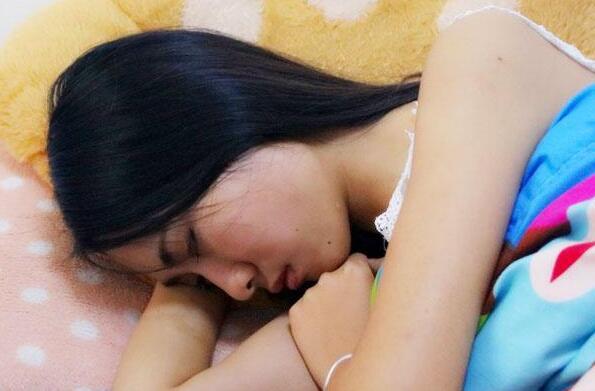 女人为什么睡觉的时候喜欢夹着被子?原因令人脸红!
