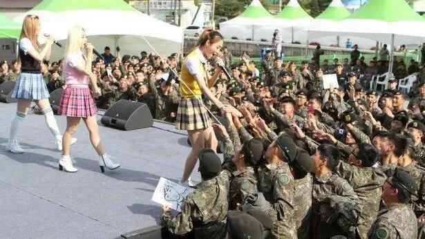 韩国女团下穿着性感进部队劳军,在场的军人都疯了 !