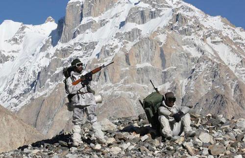 班公湖等地印军加强部署,枕戈待旦! 解放军仅在数米外
