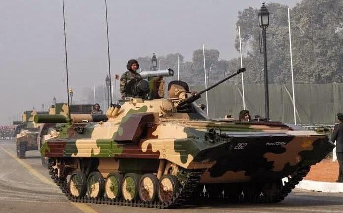 """解放军边境对峙出动15式坦克 防止印军""""狗急跳墙""""!"""