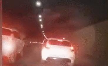 女子深夜遭多名男子撞车拦截 警方通报详情