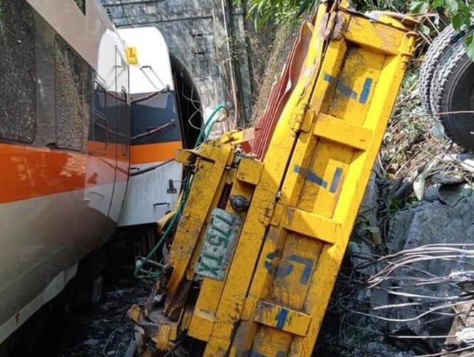 台铁列车在花莲发生出轨事故 多人无生命征象