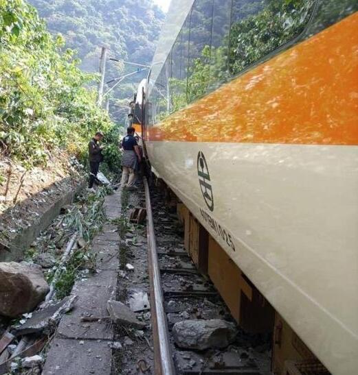 台铁一列车发生出轨事故,已致多人死伤