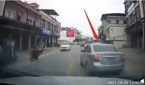 网友怒了!桂A男司机多次发飙别后车,还掏铁锤砸车,原因竟是…