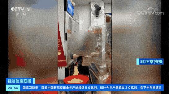 央视调查外卖厨房:徒手抓熟食,做完卫生仍可见蟑螂