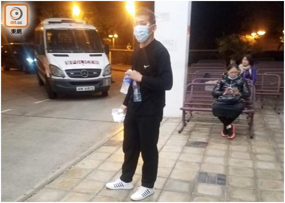 再有警员遇袭,香港休班警察阻止暴徒堵路时被多人打伤