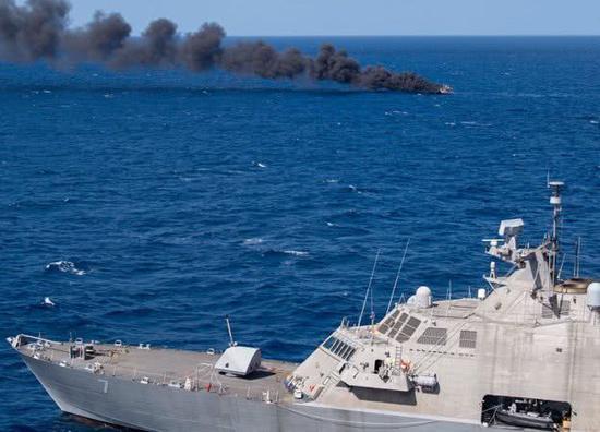 美军濒海舰击沉一艘不明船只 却被批摆拍作秀
