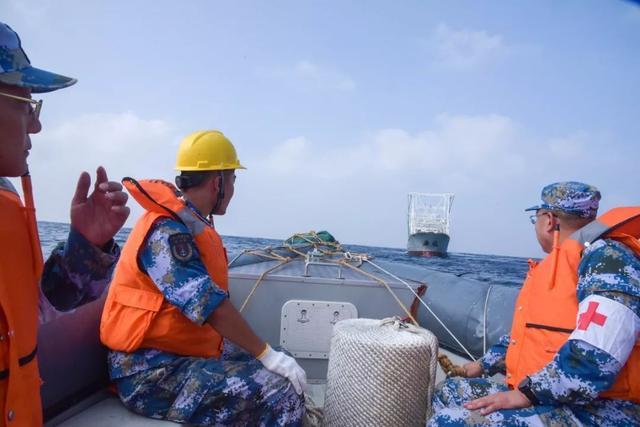千里驰援!中国海军第33批护航编队救治中国籍重伤船员