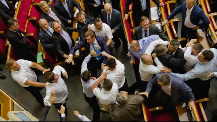 乌克兰议员群殴大打出手 一人脑震荡入院