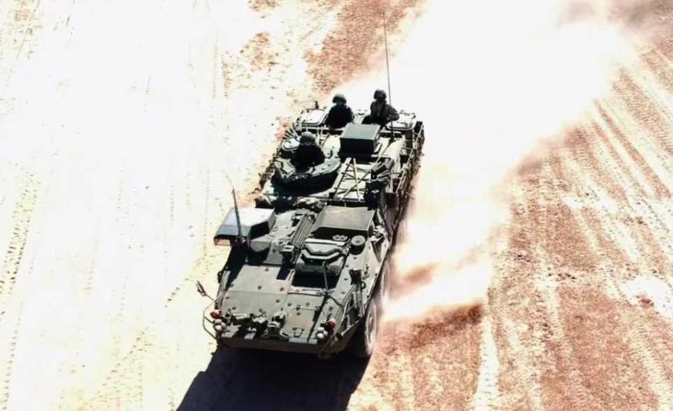 """泰军开着美制史崔克装甲车训练 同时坐拥中美""""大八轮"""""""