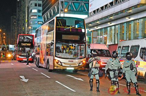 """香港暴徒""""转战""""公交车,工会痛斥:或致整车人陪葬"""