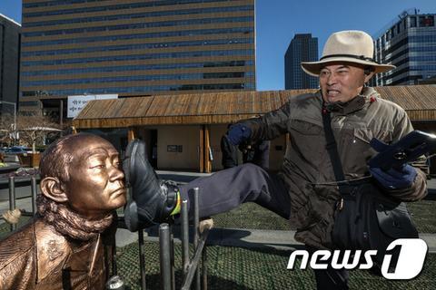 韩国前总统全斗焕跪像被竖在广场 大叔大妈用脚踹