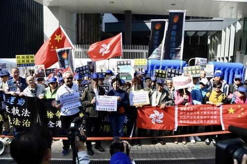 感动!香港市民全力支持警察加薪:他们实在太