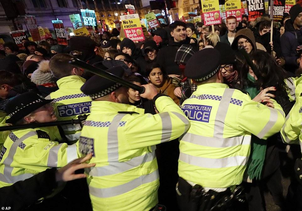 约翰逊胜选当天英国爆发抗议 警民发生冲突 现场