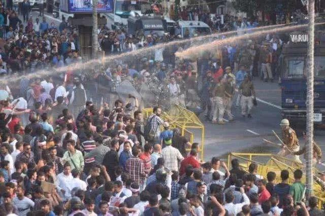 印度突发罕见大规模骚乱,根子在这