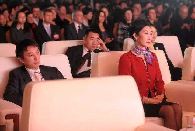 曝王思聪妈妈帮儿子还债 出了一个亿
