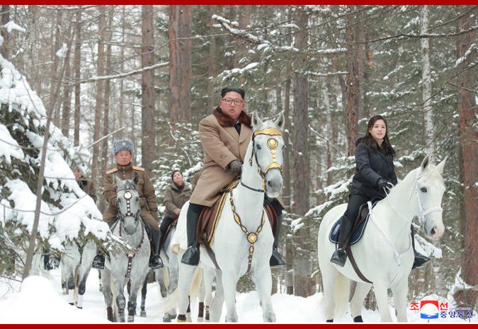 金正恩騎軍馬參觀白頭山地區革命戰跡地 李雪主等陪同