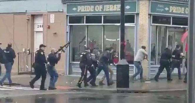 美国又有一座城市乱了!枪声不断!装甲车上街!