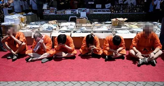 怎么回事?印尼將兩名中國香港男子綁手示眾
