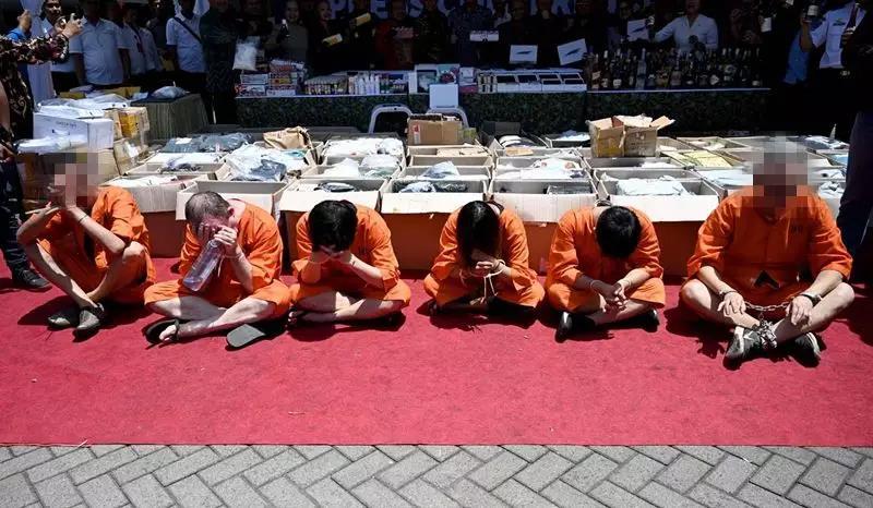 印尼將兩名中國香港男子綁手示眾 原因竟是......