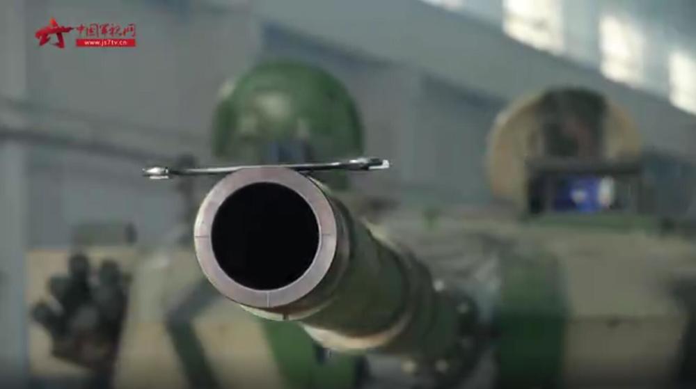 別人會的咱也會!國產96A式坦克秀操作:炮管托舉扳手平穩不掉