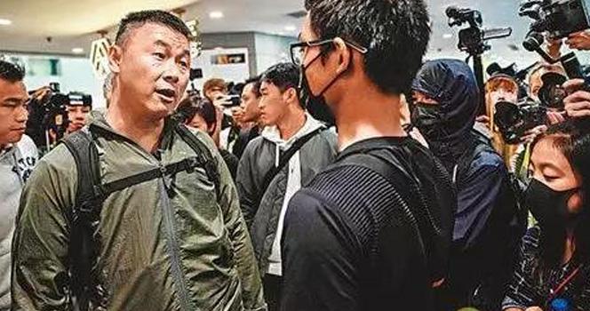暴徒當眾對港警大潑狗糧侮辱 被港警一招反擊 當場直接慫了