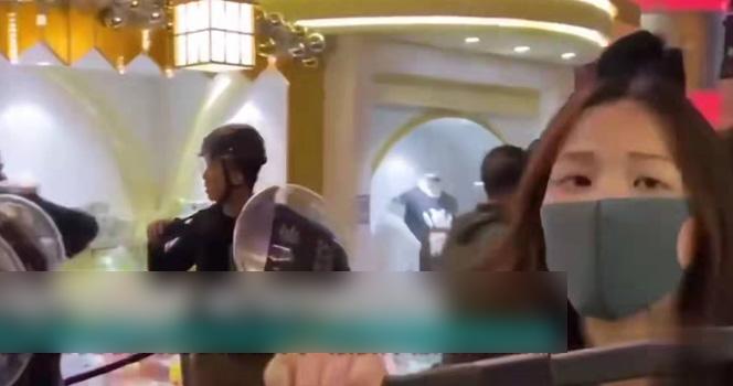 女暴徒袭警被果断撂倒!面对围攻 女港警横刀立马 持警棍硬刚