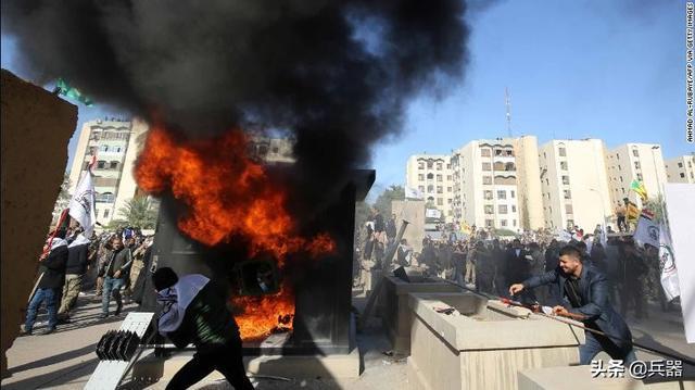 美国驻巴格达大使馆沦陷!大使仓皇出逃,示威者纵火焚烧馆区设施
