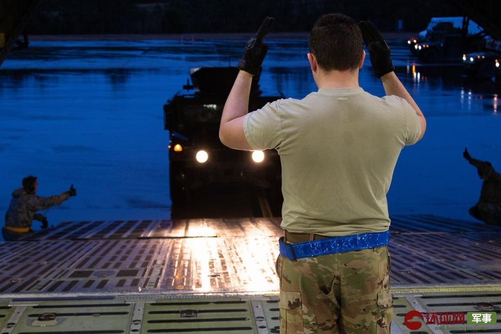 掩人耳目?大批美军士兵持枪登上民航客机前往中东