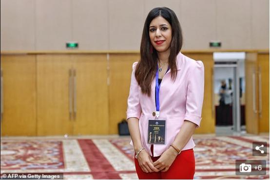 伊朗女裁判工作照中看似没戴头巾,因此不敢回国,称可能要坐牢