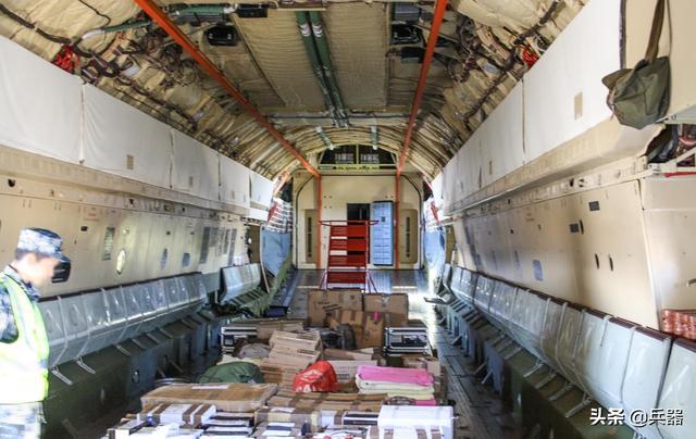 """解放军赶赴武汉,坐的是""""闷罐车""""?真相是,他们搭乘了最强专机"""