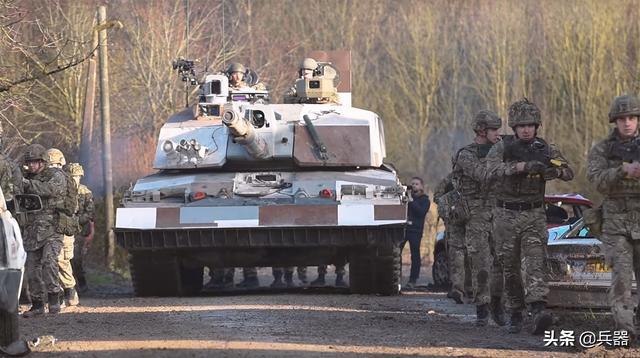 谁说英国坦克不行了?突然大发神威 一招就能炸飞任何现役坦克