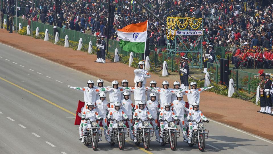 印度阅兵摩托车特技又出新花样 全女兵车队上阵