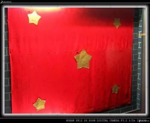 """這面不標準的""""五星紅旗"""",背后隱藏著最深沉的悲壯……"""