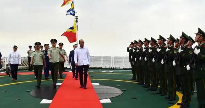 关键时刻,一中国军舰抵菲律宾卸下物资 杜特尔特:感谢
