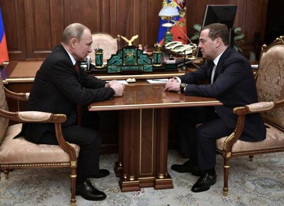 """俄式操作!一夜之间政府全体辞职 普梅的""""二人转"""" 还转的起来吗?"""