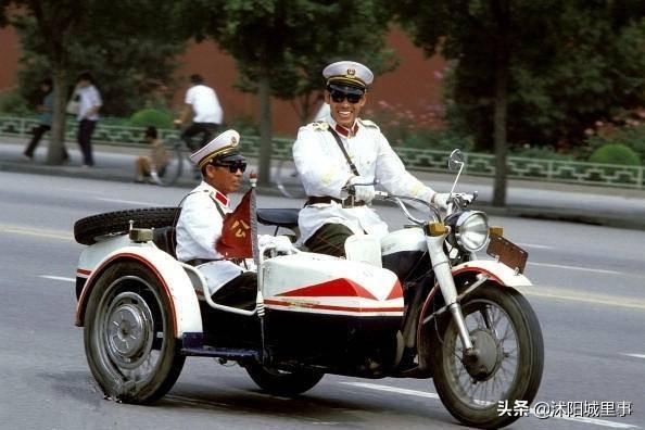 1983年中国珍贵历史老照片,矜持的男女关系,拉风的警察叔叔