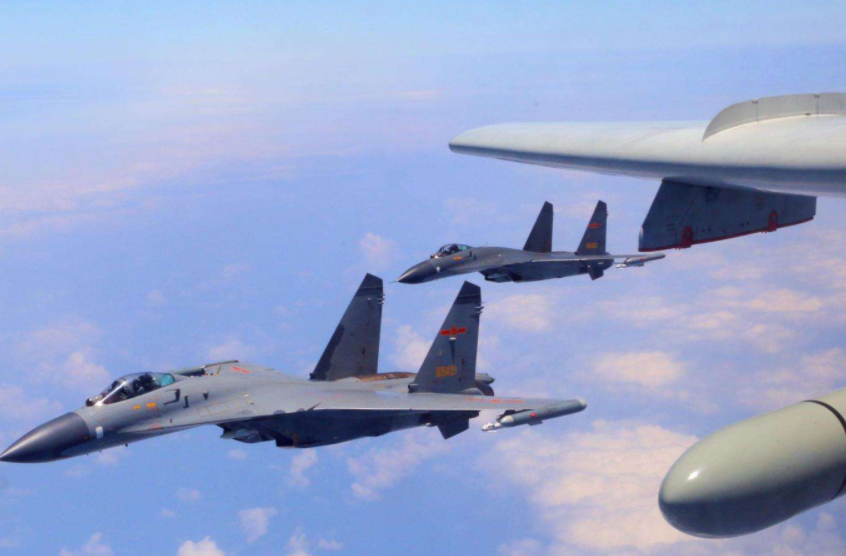 特殊时期,歼11护航轰6绕飞宝岛 F16紧急拦截
