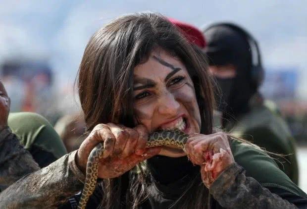 库尔德女兵举行毕业典礼,生吃活蛇兔子,外貌靓丽举止凶狠