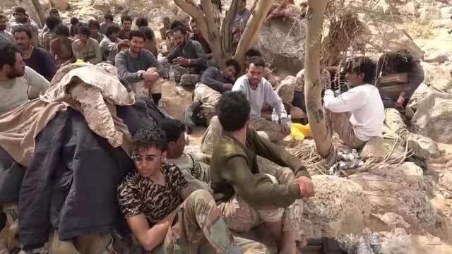 沙特联军丢盔弃甲向胡塞武装投降 被俘后竟开始抢饭吃