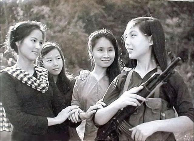 我军释放被俘越军女兵:依依不舍的告别,当了俘虏才能吃饱饭