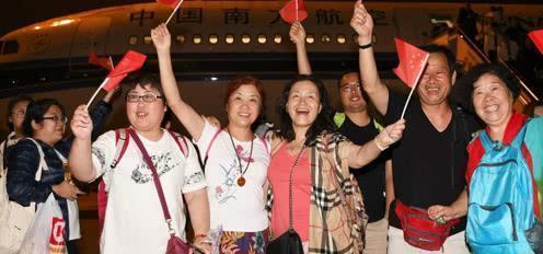 拦不住!大批美籍华人连夜回国,背后原因令西方无奈