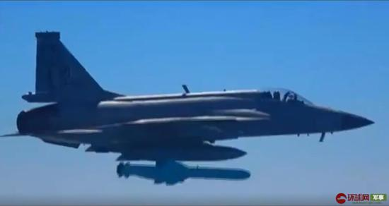 巴铁枭龙战机空射C802反舰导弹 精准命中舰船