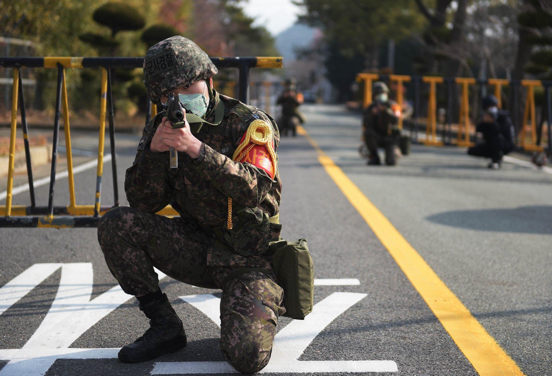 韩军举行联合反恐演习 士兵佩戴口罩参加战斗