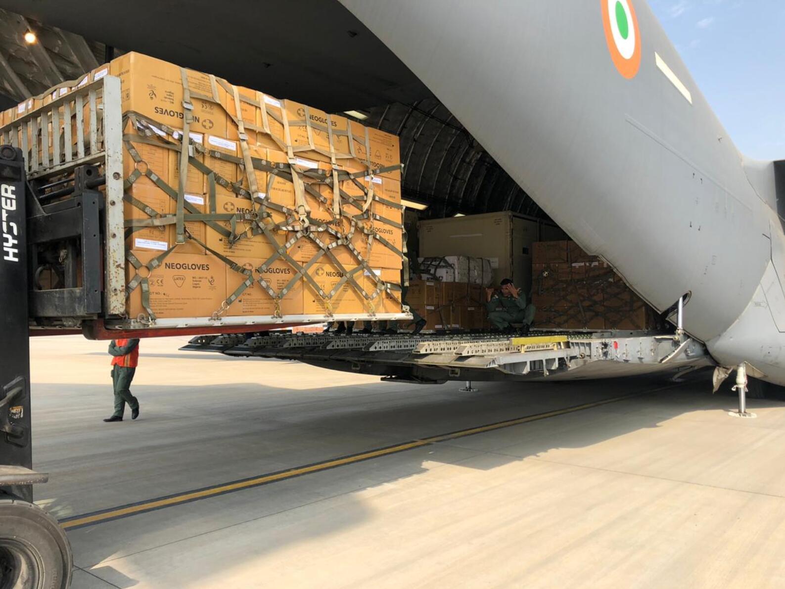 印度空军出动该国最大运输机 向武汉运送15吨医疗物资