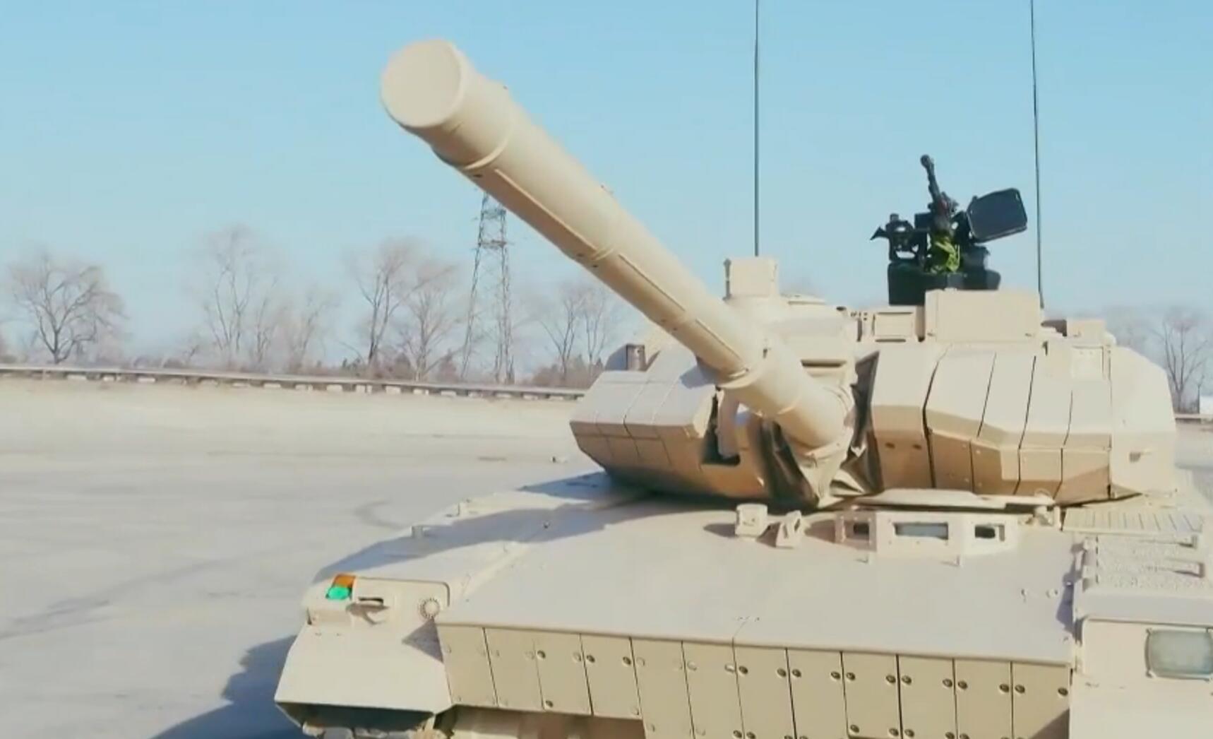 15式轻坦火控有多强悍?炮口立弹壳 起伏路上飙车都不掉