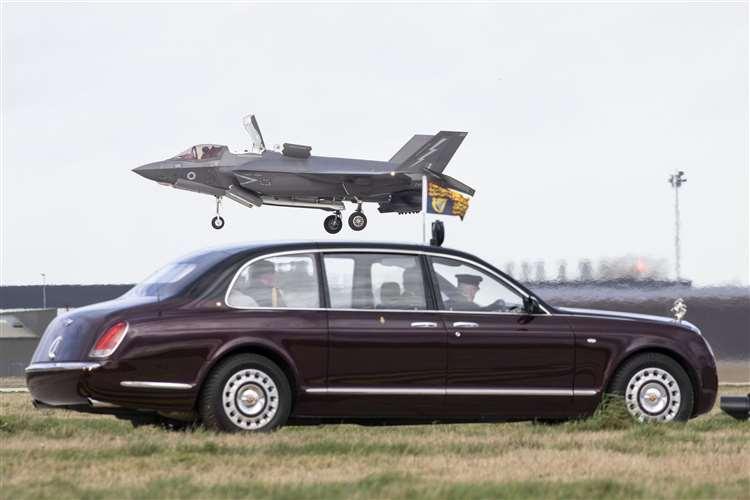 英国女王到访皇家空军基地 现场观摩F-35B垂直降落