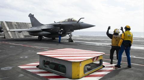 美法双航母现身地中海 互相在对方航母上起降战机