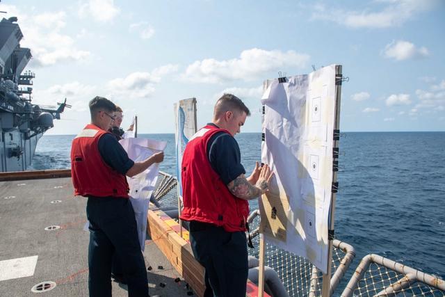 """疫情期间,美军""""准航母""""再闯南海,还进行实弹射击"""