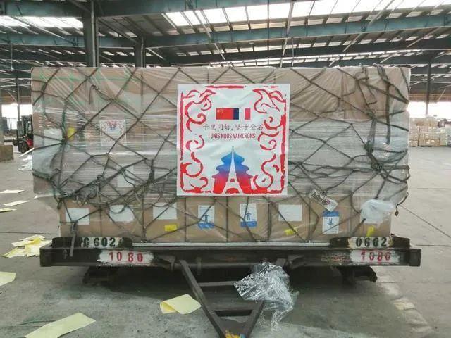 全境隔离次日,中国援助物资到了,盖着特别印章